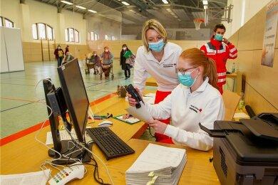 Blick ins neue Impfzentrum in Plauen: Binnen einer Woche wurde es im dortigen Behördenzentrum hochgezogen. Die zusätzlichen Kapazitäten sollen helfen, die Vogtländer möglichst rasch gegen Corona zu impfen.