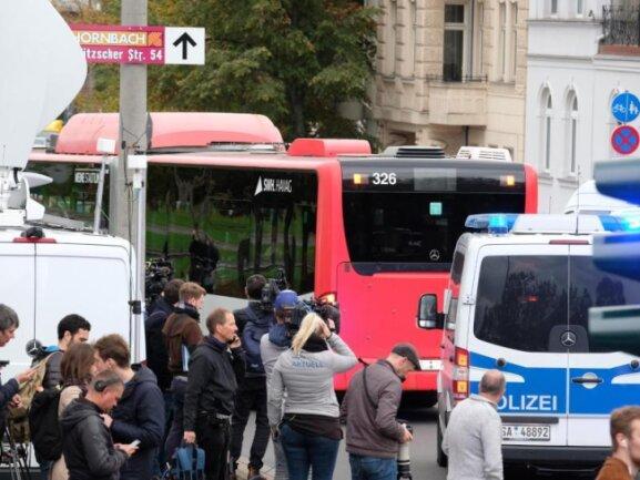 Mitglieder der jüdischen Gemeinde und Besucher der Synagoge in Halle werden in Sicherheit gebracht.