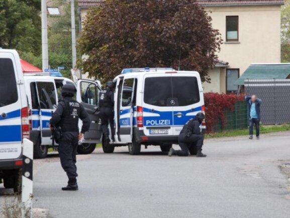 Polizisten stellen einen Mann bei Gollma/Landsberg. Neben den Schüssen in Halle hat es auch Schüsse im rund 15 Kilometer entfernten Landsberg gegeben.