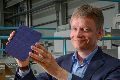 Gunter Erfurt präsentiert eine Solarzelle mit neuer Technologie. In ihr stecken zwölf Jahre Entwicklungsarbeit.