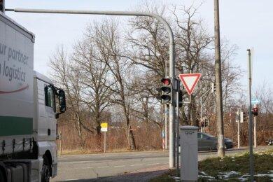Kraftfahrer auf der Pöhlauer Straße müssen mitunter lange warten, bis die Ampel an der Brückenberg-Kreuzung auf Grün springt. Einige Betroffene können das nicht nachvollziehen.