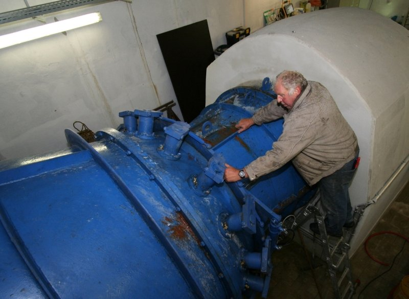 """<p class=""""artikelinhalt"""">Hans Schlecht kann nun die Leistung der Wasserkraftanlage wieder optimieren.</p>"""