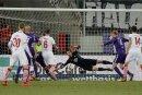 Martin Männel pariert den Kopfball von Kölns Simon Terrode, doch dann muss er den Ball doch noch aus dem Netz holen.