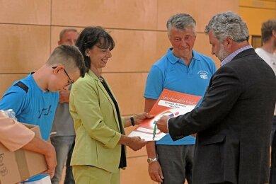 Schulleiterin Katrin Eidner nimmt die Auszeichnung entgegen.