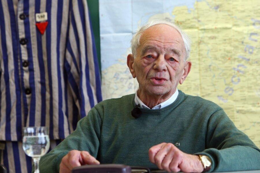 Justin Sonder bei einem seiner Zeitzeugenberichte vor Schulklassen. Als Jugendlicher war er 1943 von seiner Heimatstadt Chemnitz aus ins Konzentrationslager Auschwitz deportiert worden, musste Zwangsarbeit leisten für den Chemiekonzern I.G. Farben. Seit 2017 ist er Chemnitzer Ehrenbürger.