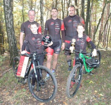 Christian Scholz, Sammy Schwentke, Daniel Poser (h. v. l.) trainieren die Kindergruppe des RSV Frankenberg. Kevin Poser und Janek Nowak (v. v. l.) haben bereits Erfolge bei verschiedenen Rennserien gefeiert.