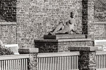 So sah die inzwischen verschwundene Skulptur Nixe im ehemaligen Freibad aus.