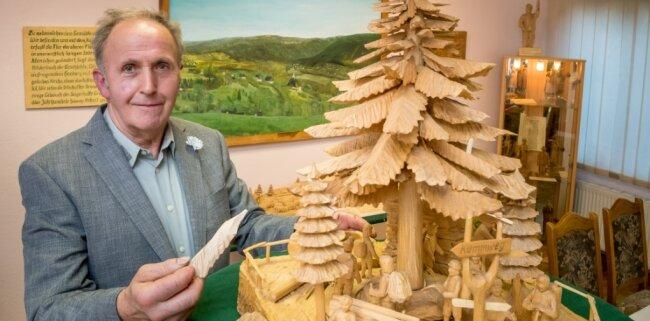 """Zum Jubiläum sind im """"Haus der Begegnung"""" Rothenthal Stücke von Drechslermeister Hans Lichtenberger ausgestellt - unter anderem diese aus Lindenholz geschnitzte Pyramide und das große Ölgemälde."""