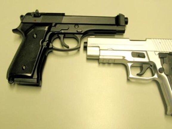 Das Foto der Polizei zeigt Softair-Pistolen (undatiertes Symbolbild).