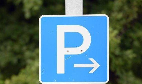 Hilfe beim Einparken: 42-Jährige leicht verletzt