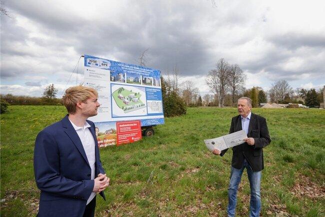 Auf einem Grundstück an der Hohensteiner Straße in Limbach-Oberfrohna wollen Tino Kermer von der Firma KPM Bau (links), die das Bauprojekt umsetzt, und Joachim Schneider einen Wohnpark errichten.