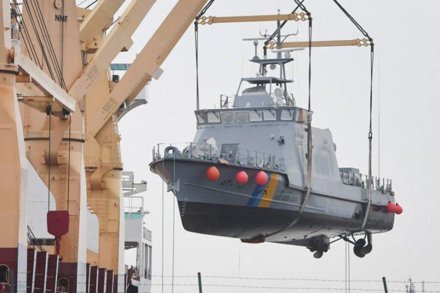 Ein Küstenschutzboot für Saudi-Arabien wird im Hafen von Mukran an der Ostsee auf ein Transportschiff verladen.