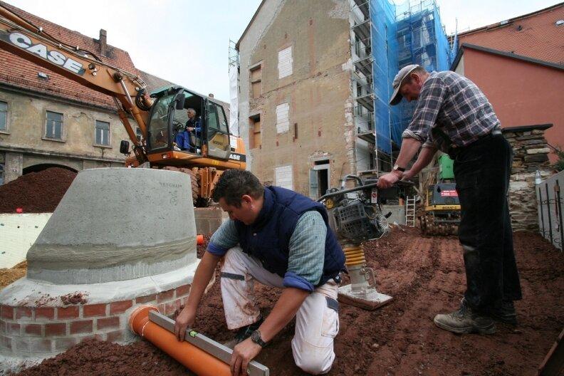 """<p class=""""artikelinhalt"""">Dietmar Schöneich, Rico Schmieder und Jonny Vorberg (v. l.) arbeiten mit ihren Kollegen auch jeden zweiten Samstag auf der Baustelle.</p>"""