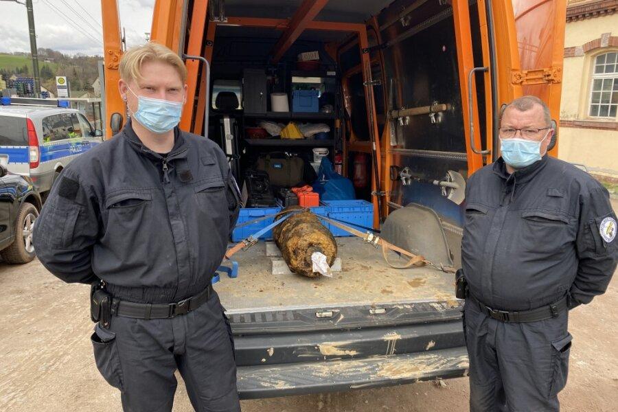 Zwei Mitarbeiter des Kampfmittelräumungsdienstes