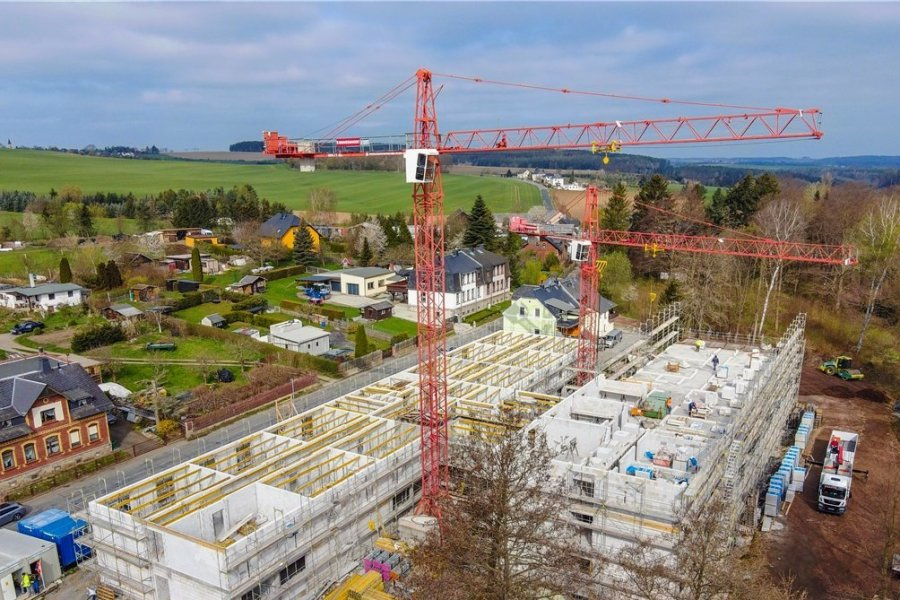 Bewegung in Dungersgrün: Am Altenpflegeheim an der Brockauer Straße geht es nun voran. Als neuer Termin für die Eröffnung ist das zweite Quartal 2022 angepeilt.
