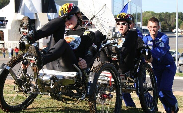 """<p class=""""artikelinhalt"""">Lisa Hartenstein (vorn) und Thommy Knabe beim Start mit ihrem Mondauto in Huntsville/Alabama. Das Nasa Moonbuggy Race kann in Sachsen als Bell(Besondere Lernleistung)-Thema im Abitur verwendet werden. </p>"""