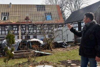 Marco Löbel blickt auf seine Mühle, auf der das Dach neu gedeckt wird. Im Erdgeschoss sollen perspektivisch einmal ein Café und ein Hofladen entstehen. In der Scheune rechts neben dem Wohnhaus soll ein Veranstaltungsraum eingerichtet werden.