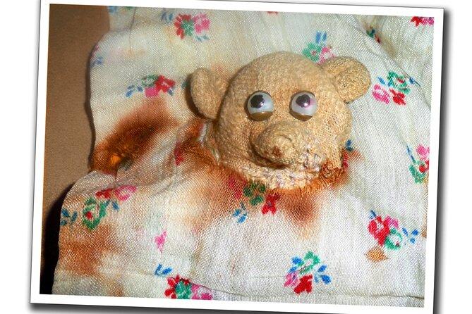 Der Teddy (mit erneuerten Augen) und eine angebrannte Puppendecke aus dem Chemnitzer Haus, in dem die Familie von Margitta Müller ausgebombt wurde, befinden sich noch im Besitz der heute 80-Jährigen. In einem Schulaufsatz hat sie 1948 die schlimmste Chemnitzer Bombennacht beschrieben.