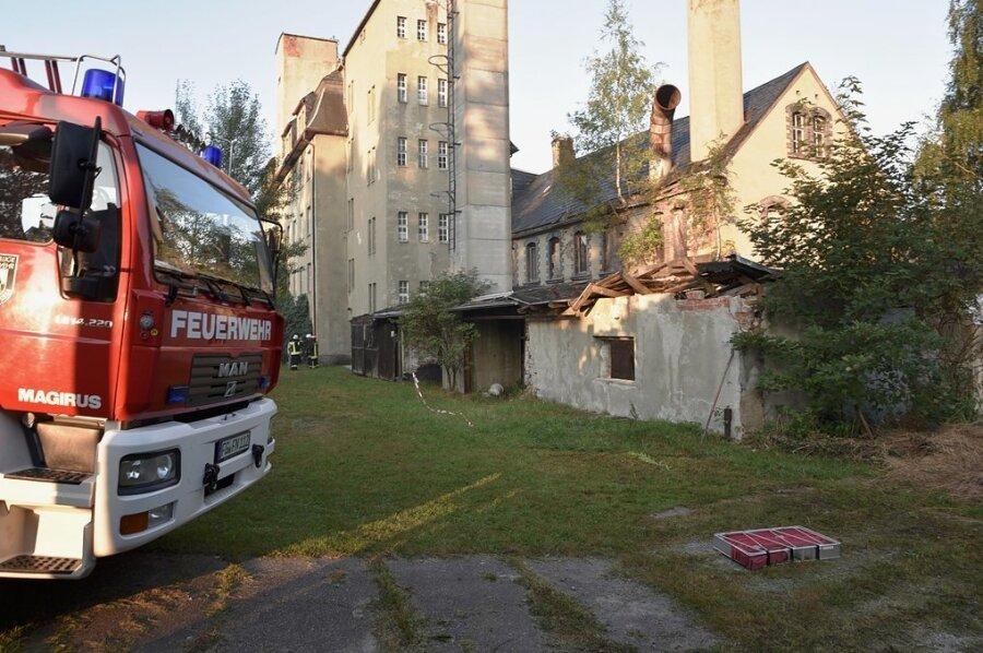 Feuerwehreinsatz an der alten Sitzmöbelfabrik: Im Nebengelass hat es gebrannt.