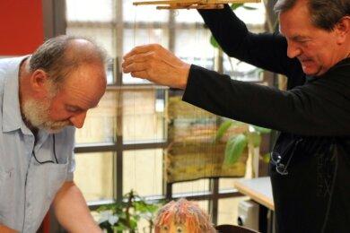 Filmemacher Dietmar Hösel (links) setzt mit den Puppenspieler Klaus Spindler das Maskottchen Wuschel in Szene.