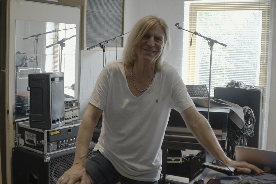 """Lausitzer Einöde und Silly-Musiker Richie Barton: Szenen aus der Dokumentation """"Gundermann Revier""""."""