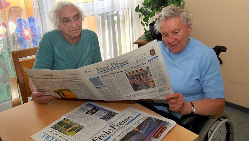 """<p class=""""artikelinhalt"""">Lieselotte Siegel (l.) und Lieselotte Möbius lesen im DRK-Pflegeheim Mittweida täglich die """"Freie Presse"""". </p>"""