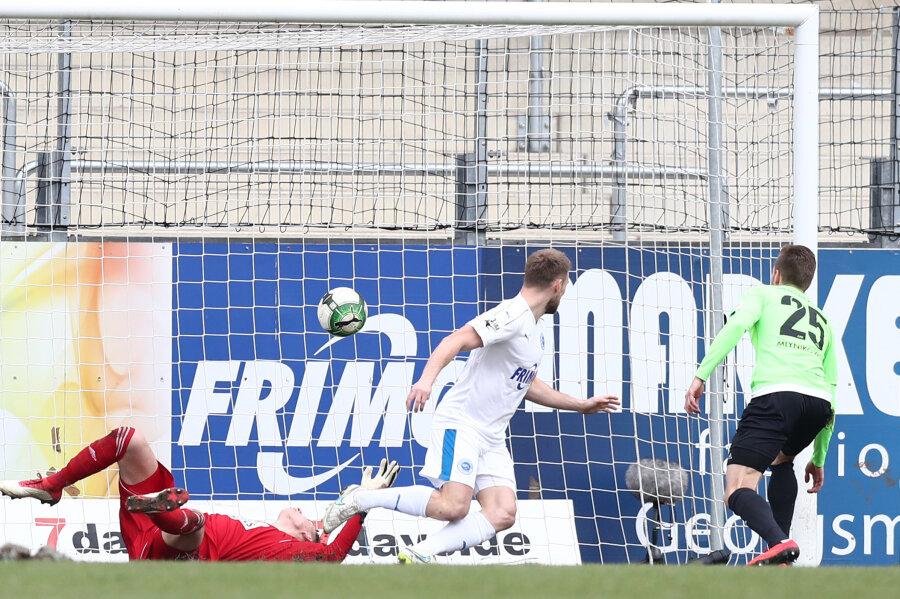 Eigentor durch Mlynikowski - am Ende unterlag Chemnitz 1:3.