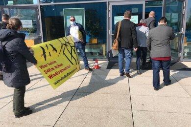 Vor Beginn der Kreistagssitzung verteilten Unterstützerinnen des Windkraftstammtisches Flugblätter an die Kreisräte.