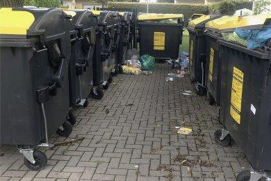 Ein Containerstandort an einer Eigentumswohnanlage in Röhrsdorf. Weil Behälter für Leichtverpackungsmüll immer wieder überfüllt sind, wünschen sich Anwohner und Verwalter eine häufigere Leerung.