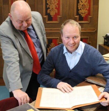 Sebastian Werner forschte 2015 für seine Doktorarbeit im historischen Archiv der Erzgebirgssparkasse und wurde von Horst Möckel unterstützt.