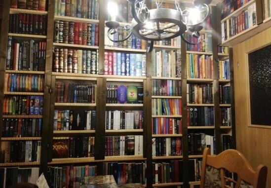Wie sieht es wohl zu Hause beim guten Geist einer sparkassenhistorischen Sammlung aus? Hier ist ein Teil der privaten Bibliothek im Hause Möckel zu sehen.