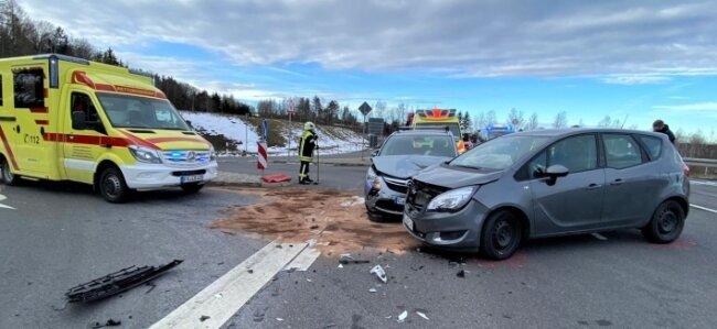 Feuerwehr, Polizei und Rettungswagen waren bei dem Unfall auf der Ortsumfahrung bei Niederwiesa vor Ort.