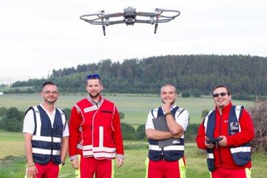 """Sie gehören mit ihrem """"fliegenden Auge"""" zur Drohneneinheit der Johanniter: Marcel Fugmann, Sascha Ehlers, Kin Abbasi und Kai Wilhelm (von links) sind berechtigt, die Drohne zu fliegen."""