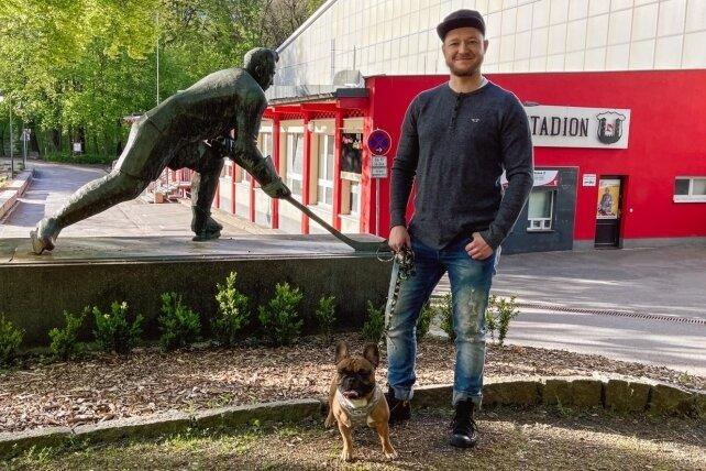 Im Crimmitschauer Kunsteisstadion machte Eric Wunderlich seine ersten Schritte als Eishockeyspieler. Heute ist der 33-Jährige in Halle an der Saale sportlich und privat heimisch geworden.