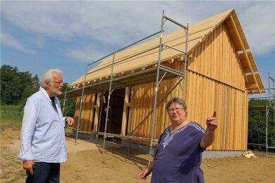 Der Scheunenbau nahe Kloschwitz läuft. Vereinschef Peter Luban und Bauleiterin Elke Schneeweiß arbeiten gut zusammen.