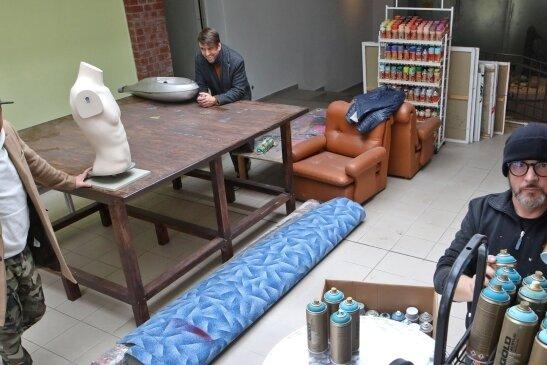 Tasso alias Jens Müller (rechts) nutzt das Atelier gemeinsam mit den Künstlern Marcel und Robby Oertel (links).