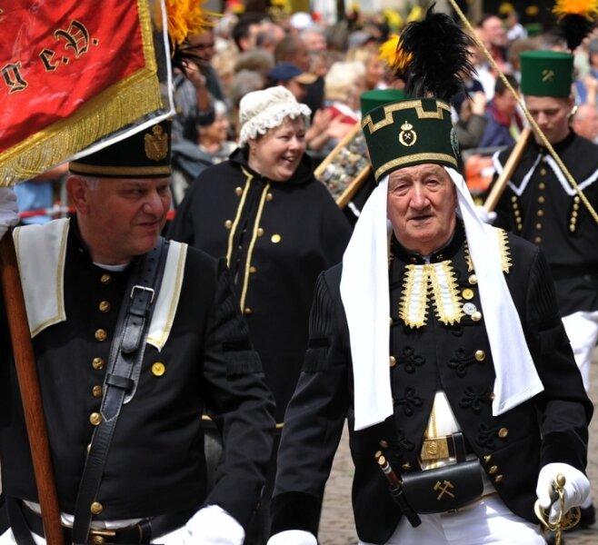 """<p class=""""artikelinhalt"""">Bunt war das Bild der teilnehmenden Vereine bei der traditionellen Bergparade zum Bergstadtfest in Freiberg. Auch Gäste aus Partnerstädten marschierten mit. </p>"""