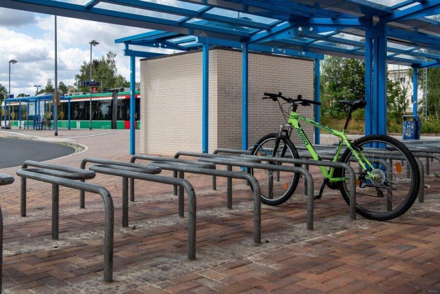 Der Bahnhof von Hainichen verfügt laut ADFC über 40 komfortable und sichere Fahrradständer - das ergab eine Note 2 im aktuellen Ranking. Bürgermeister Greysinger sieht dennoch Potenzial für Verbesserungen.