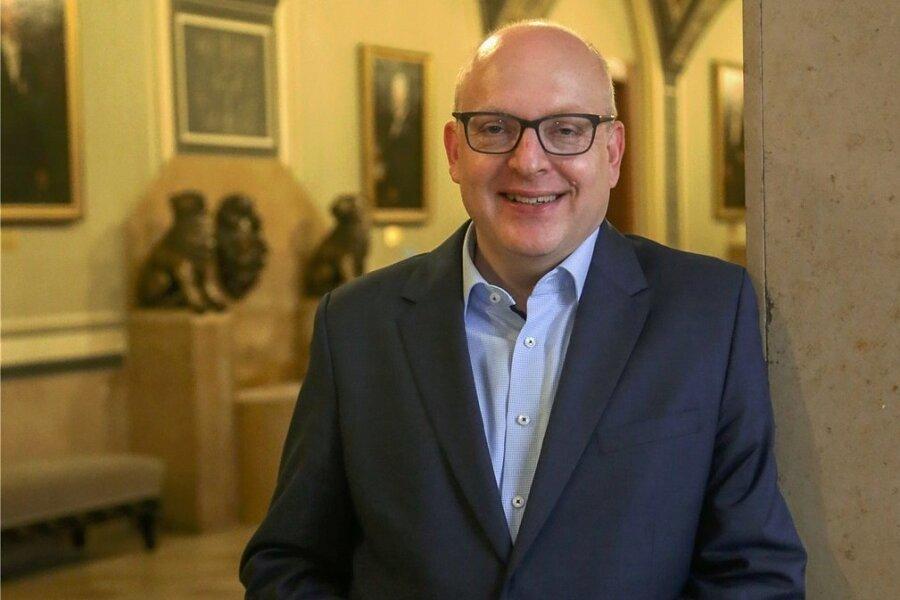 Sven Schulze hat die Oberbürgermeisterwahl in Chemnitz gewonnen. Nach einer Klage amtiert er bis auf Weiteres als Amtsverweser.