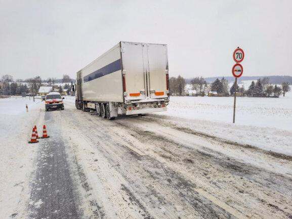 Auf der Chemnitzer Straße zwischen Niederwürschnitz und der A72 Anschlussstelle Stollberg-Nord fuhr sich am Montagvormittag ein Lkw fest. Der Bergungsdienst zog den Laster mit einer Seilwinde wieder auf die Straße.