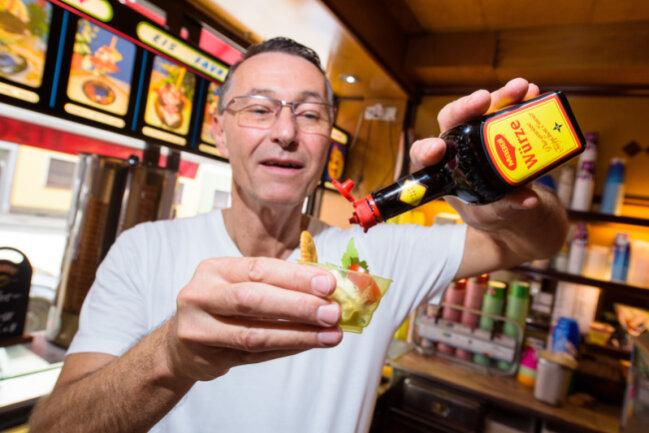 Uwe Hoffmann zeigt in seinem Eiscafé Favretti sein würziges Maggi-Eis, das er mit Tomate, Basilikum, Liebstöckel und Salzcracker serviert.