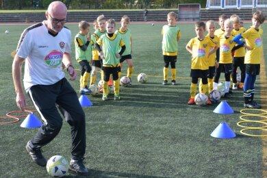 Tipps vom Ex-Profi: Ralf Hauptmann trainierte im Stadion an der Dammstraße mit jungen Kickern aus Brand-Erbisdorf.