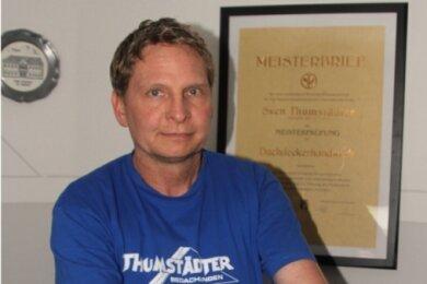 Sven Thumstädter hat in diesen Tagen Grund zur Freude. Seit 20 Jahren steht er an der Spitze der Elsterberger Dachdeckerfirma - ein Familienunternehmen in dritter Generation. Seine Familie gratulierte mit dieser Schiefertafel zum Firmenjubiläum.