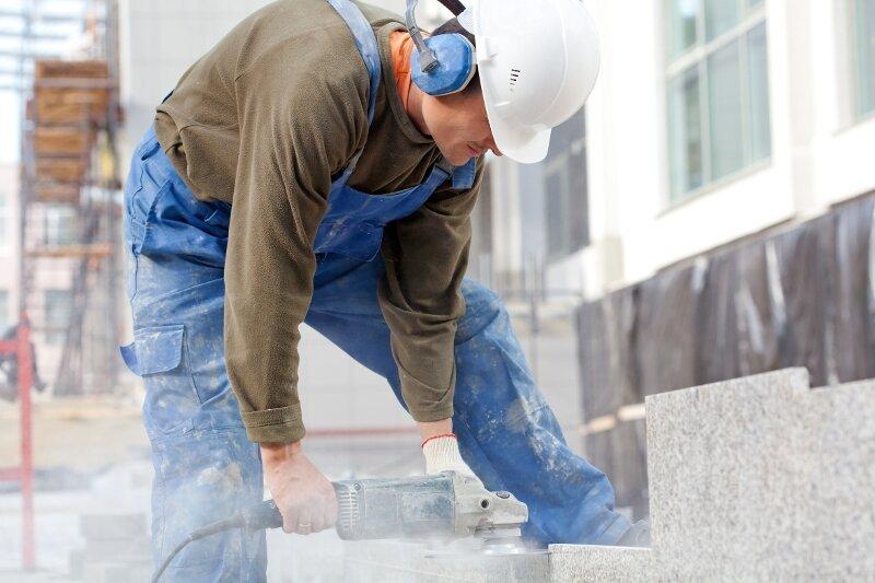 Bauarbeiter sind oft hoher Lärmbelastung ausgesetzt. Das kann zu Berufsunfähigkeit führen.