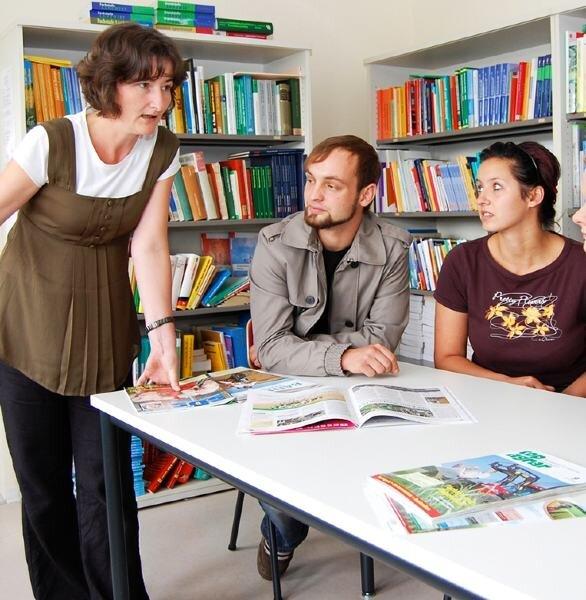 """<p class=""""artikelinhalt"""">Fachlehrerin Sabine Beck wies am Montag die neuen Schüler Piet Neelmeijer und Sarah Möbius (v.l.) in die schuleigenen Bibliothek ein.</p>"""
