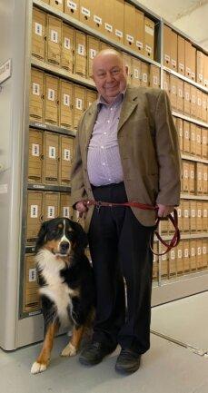 """Horst Möckel mit seiner """"Datenschutzbeauftragten"""", der Hündin Leila, im reichhaltigen und gut sortierten historischen Archiv der Erzgebirgssparkasse."""