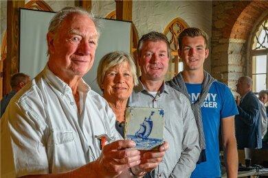 Die Oswalds haben das Fliesenhandwerk in Harlingen wiederbelebt. Sie glauben felsenfest, dass das Kobaltblau aus dem Erzgebirge einst den Weg auch in ihre Heimatstadt fand.
