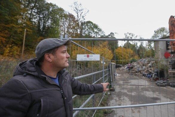 Fernando Herrmann, Freund von Hauseigentümer Rocco Ehnert, zeigt auf die Überreste des Wohn- und Geschäftshauses, das abgerissen wurde.