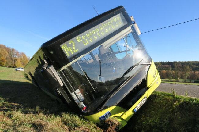 Ein Linienbus ist am Freitagnachmittag auf der Verbindungsstraße zwischen Hartenstein und Wildenfelsim Seitengraben gelandet.