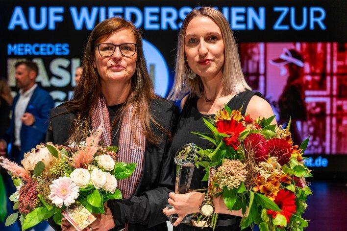 Sophie Schramek (r.) kann sich über das Preisgeld von 1500 Euro freuen. Im Bild mit Prof. Dorette Bárdos, Leiterin der Studienrichtung Modedesign.